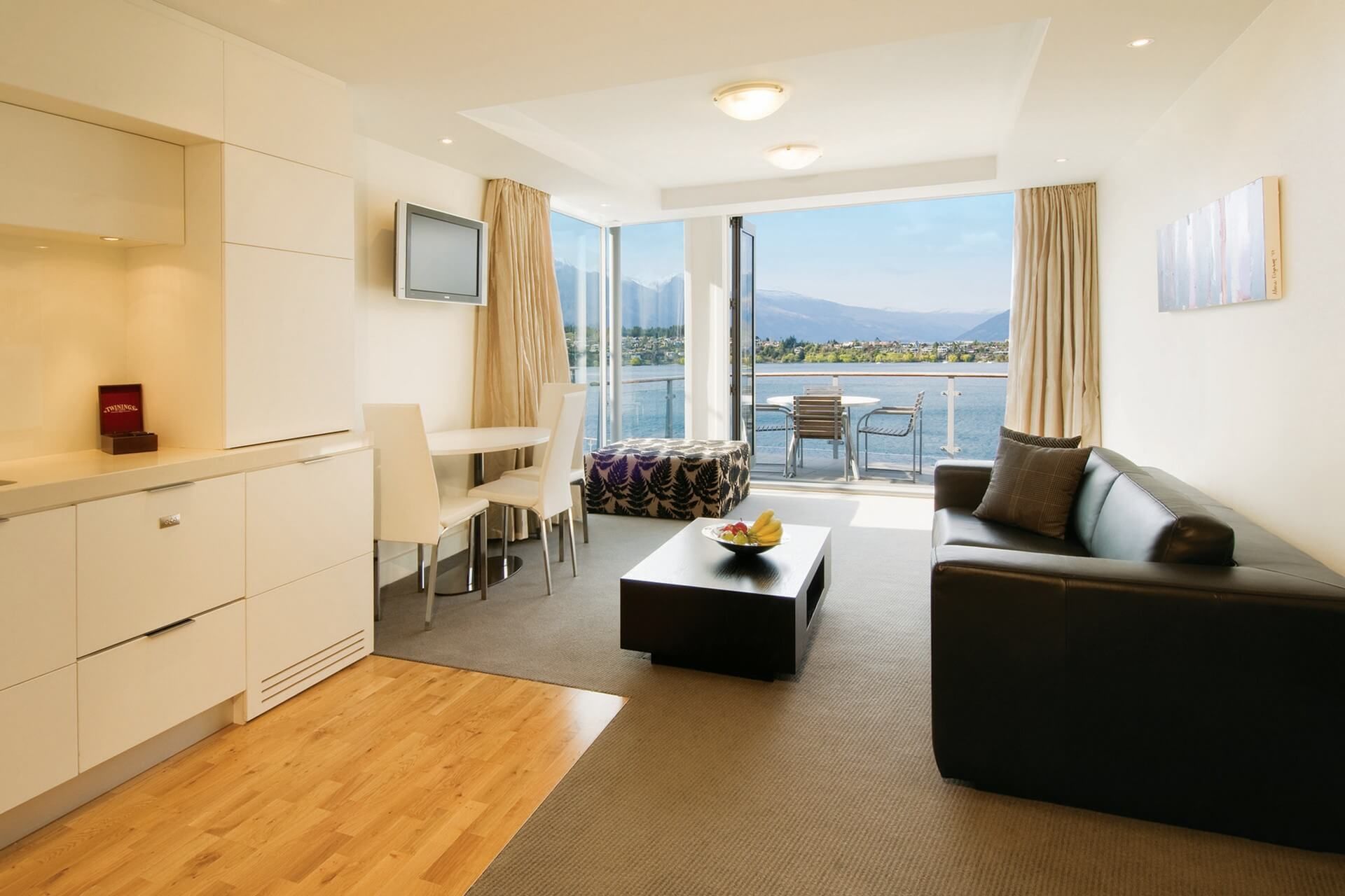 Queenstown_Oaks Club - One Bedroom Living & Lakeside View(1920x1280)