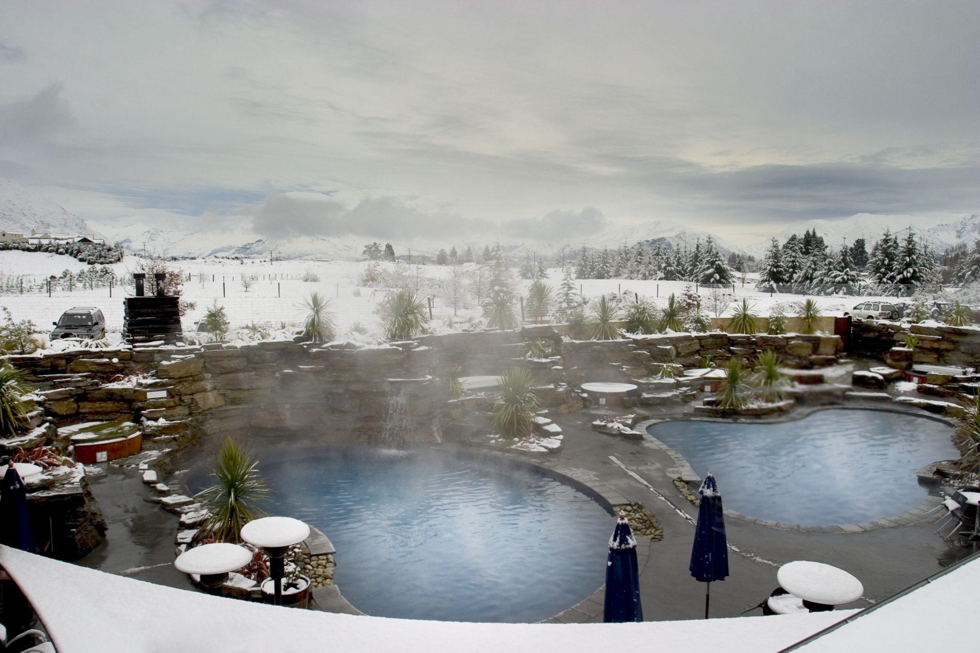 Wanaka_Grand Mercure Oakridge - Pool with snow!